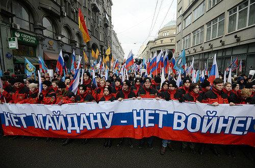 Antimaidan_v_Moskva_mnogo_sini_4erveni_znamena_plakat_Net_Maidan_Net_Voina_21_02_2015