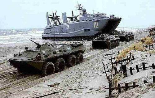 bronetransporteri_izlizat_ot_korab_na_brega_more
