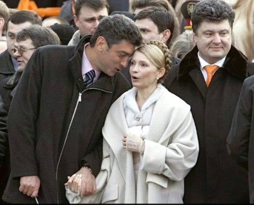 Boris_Nemcov_stiska_za_rakata_Ulia_Timu6enko_do_tqh_Poro6enko_2014