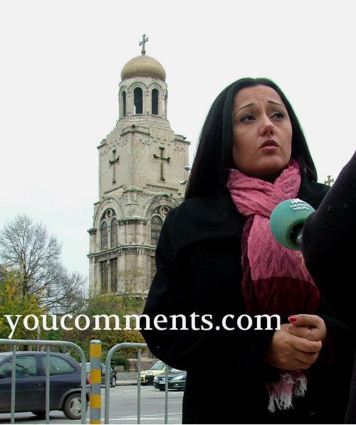 Lilqna_Pavlova_pred_mikrofon_otzad_Katedralata_Varna_you_co12_12_2014