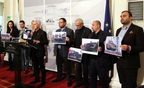 deputati_Ataka_pokazvat_USA_tankove_ma6ini_v_parlamenta