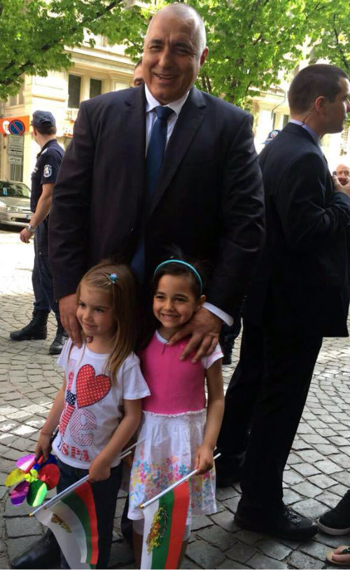 Boiko_Borisov_pozira_s_2_malki_deca