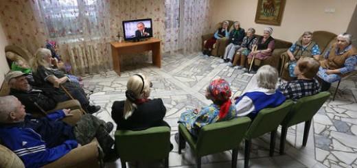 pensioneri_gledat_Putin_televizor