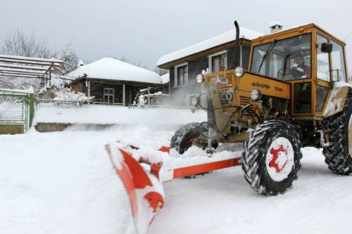 traktor_4isti_snqg_na_selo