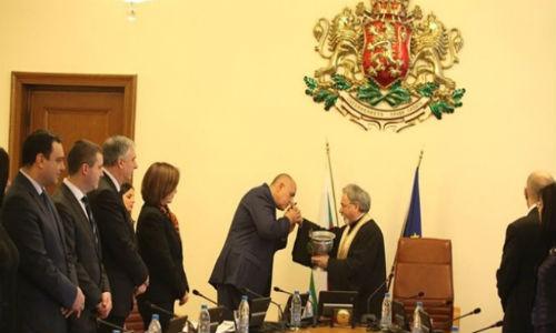 Boiko_Borisov_celuva_raka_pop_v_Ministerski_savet_goni_Dqvoli