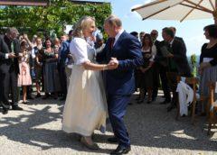 УМЕН, ХИТЪР, МЪДЪР. ПУТИН танцува с БУЛКА ЕВРО-ПРЕДСЕДАТЕЛ. След това се срещна с БАБА МЕРКЕЛ по повод …..